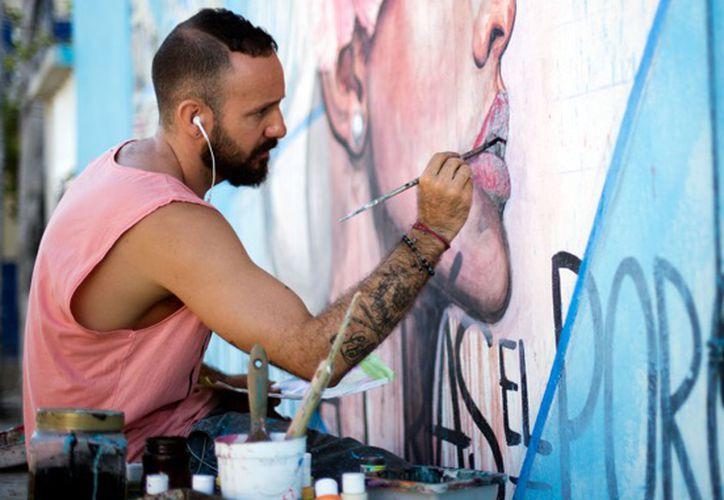 Leonardo Tezcucano señaló que su obra va desde murales hasta litografías y diseños. (Faride Cetina/SIPSE)