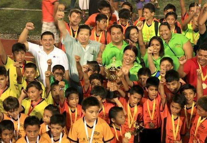 En el Torneo de Fútbol Soccer de los Barrios, participaron 44 equipos de cuatro categorías. (Redacción/SIPSE)
