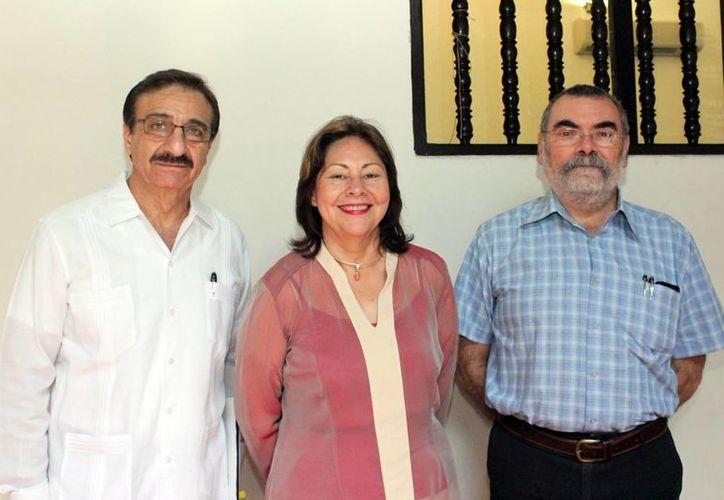 El rector Alfredo Dájer, Mirta Flores Galaz y  Ginés Laucirica. (Milenio Novedades)