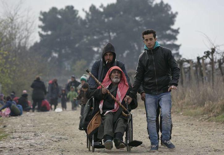 El grupo islamista busca establecer un califato en Irak y Siria, países donde ha asumido el control de extensas áreas. Un grupo de inmigrantes, que huyen de la violencia del Estado Islámico, entran como refugiados a Macedonia. (Agencias)