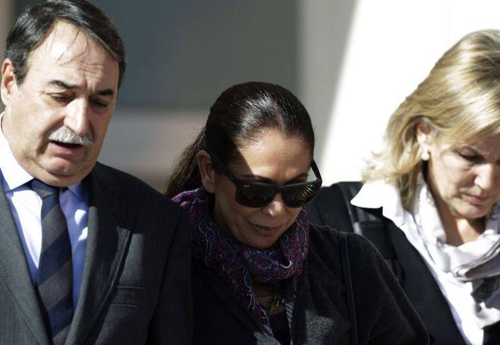 La artista española Isabel Pantoja acompañada de su abogado a la salida de la Audiencia de Málaga. (EFE)