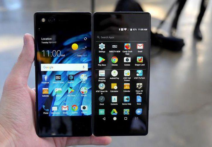 Las dos pantallas del teléfono, tienen varios modos de visualización. (Foto: CNET)