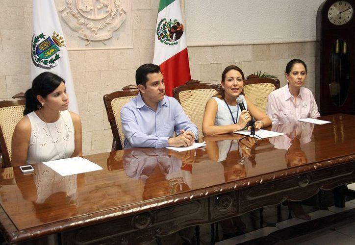 La presidenta del DIF Municipal, Diana Castillo Laviada, al micrófono. (Milenio Novedades)