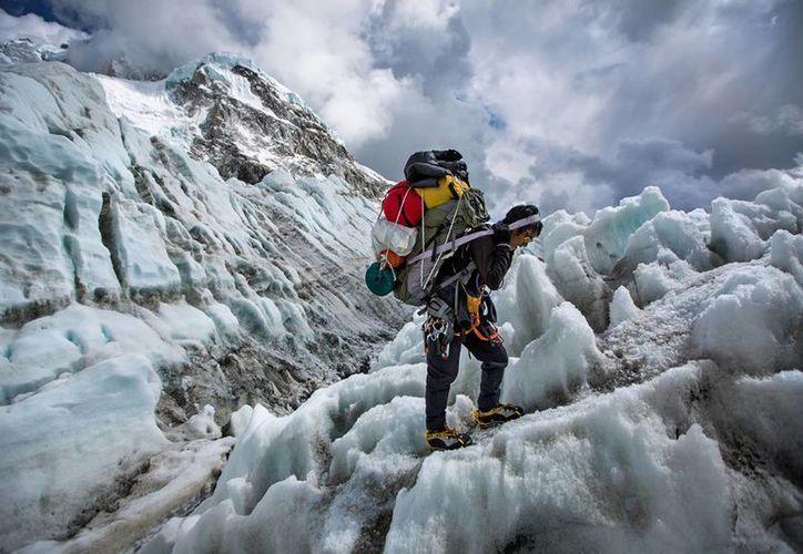 'Sherpas: héroes del Everest' relata cómo estos montañistas arriesgan su vida todos los días. (aaronhuey.com)