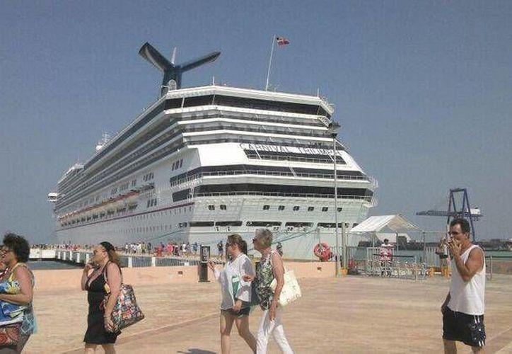 Los turistas prefirieron quedarse en el Carnival Triumph que bajar a las playas de Progreso, donde el calor era extremo. (SIPSE)