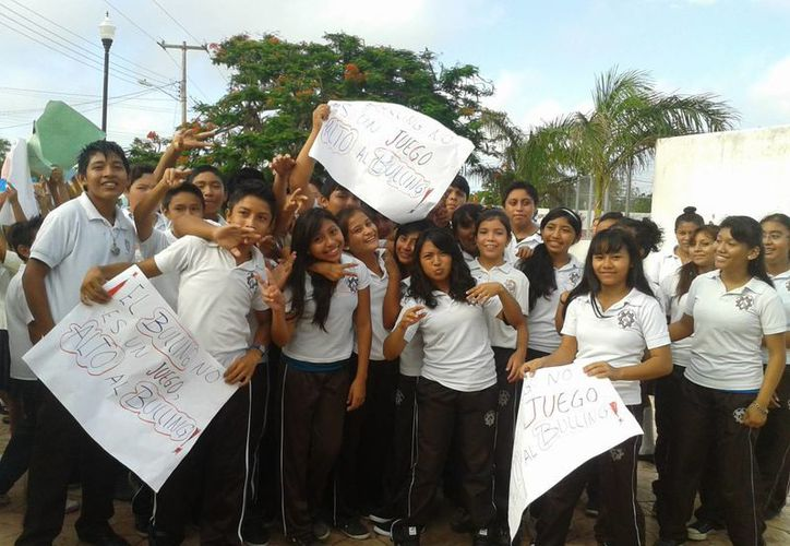 En la protesta no solo participaron personas de una secundaria, sino de dos primarias y un preescolar del sur de Mérida. (Milenio Novedades)
