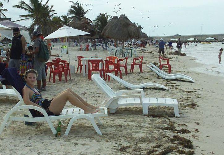 Los establecimientos de la playa serán beneficiados en caso de rebajarse unos derechos en Progreso. (Manuel Pool/SIPSE)