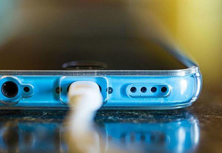 Esperar a que se descargue por completo la batería de tu smartphone puede acortar  la vida útil de tu pila. (Contexto/Internet)