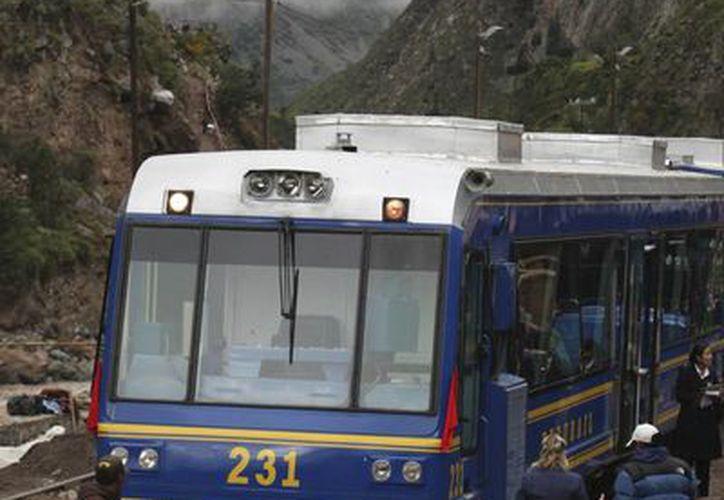 Foto de archivo de un tren de  Peru Rail en espera por pasajeros en la estación de Piscacucho, antes de salir hacia Machu Picchu en Cuzco, Perú. Una protesta local suspendió el servicio de manera temporal este martes. (AP Foto/ Karel Navarro, Archivo)
