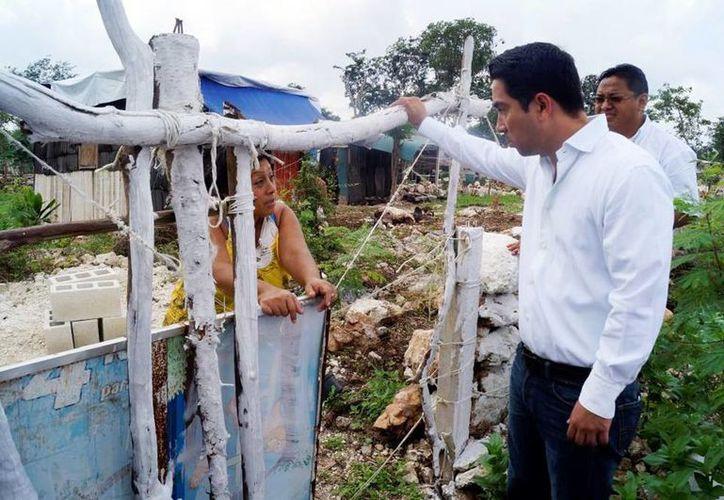 El delegado de Sedesol, Luis Borjas, supervisa las estrategias en municipios de Yucatán. (Milenio Novedades)