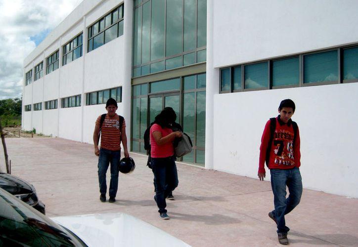 El nuevo inmueble de la Universidad Politécnica de Bacalar tiene una inversión de $20 millones y quedará listo en mes y medio. (Javier Ortiz / SIPSE)