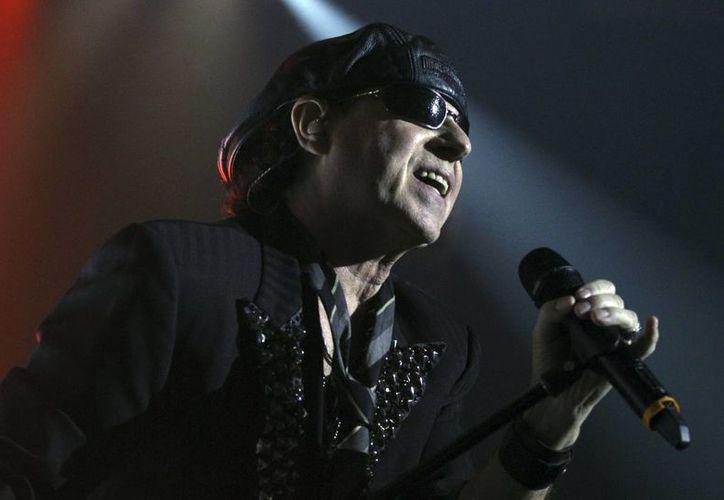El cantante de Scorpions, Klaus Meine, lideró al grupo como lo hizo en los 80, ante los casi 12 mil asistentes al concierto, principalmente público maduro y nostálgico. (EFE)