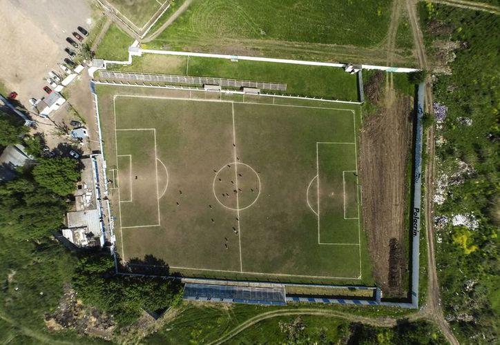 El club Liniers, con sede en la ciudad de San Justo, arregló la cancha para volver a jugar en la quinta división del futbol argentino.(Leo La Valle/AP)
