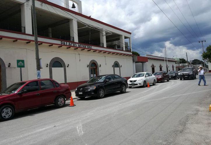 Ciudadanos solicitan a las autoridades correspondientes la creación de un estacionamiento para evitar esta situación vial. (Foto: Javier Ortíz/SIPSE).