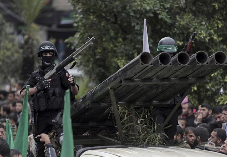 Miembros de Hamás exhibieron armas y vehículos bélicos de alto poder en las calles de Gaza. (AP)