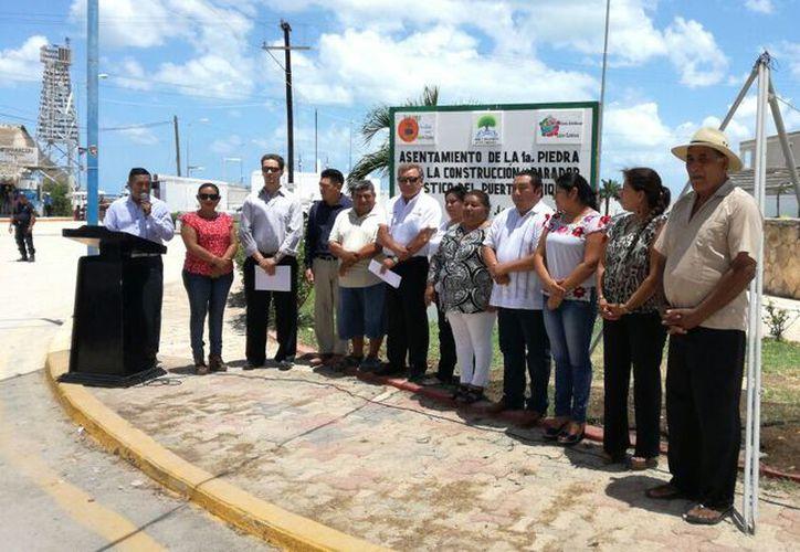 Las autoridades que estuvieron presentes en el protocolo de la colocación de la primera piedra. (Alejandro García/SIPSE)