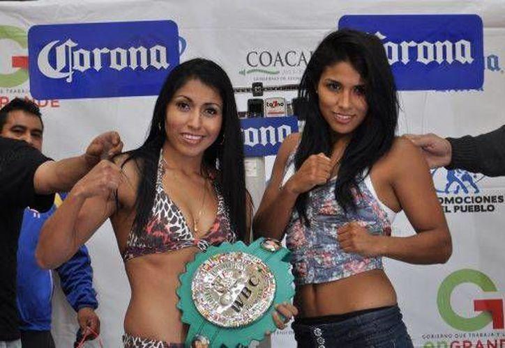 Las boxeadoras Arely Muciño (i) y Yéssica Chávez, Kika, se enfrentarán este sábado por el título mosca del CMB. (notifight.com)