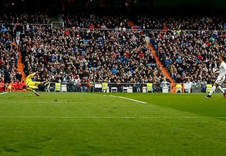 Cristiano Ronaldo falló uno de los dos penales que el árbitro concedió a Real Madrid en su útimo partido de 2015, ante Real Sociedad. (EFE)