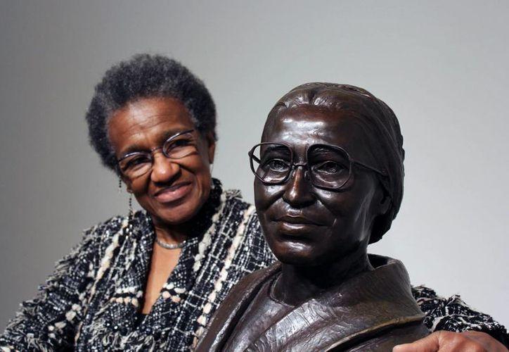 La directora del museo Rosa Parks en Montgomery, Alabama, junto a un busto de la modista que puso en marcha un histórico boicot que prohibió la segregación en los autobuses. (EFE)