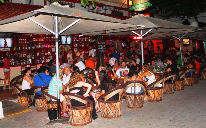 Los bares y restaurantes dan vida nocturna a la zona turística. (Daniel Pacheco/SIPSE)