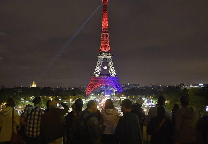 La torre Eiffel en París, Francia, brilla con los colores del arcoíris en memoria de las víctimas de la balacera masiva en un club gay de Orlando. (Agencias)