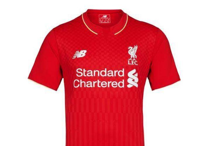 La casaca roja tradicional en el equipo Liverpool no sufrirá grandes cambios de cara a la próxima temporada inglesa. Aquí se presenta la nueva. (Liverpool FC)