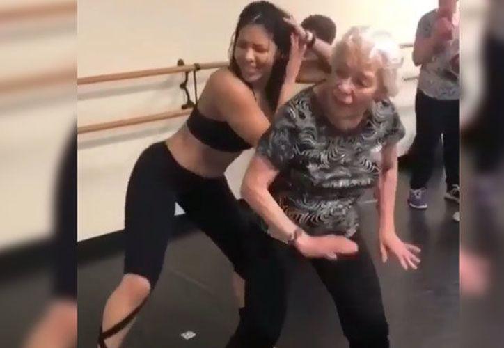 Por dos años, la mujer de la tercera edad ha tomado clases de zumba. (Foto: Captura de video)