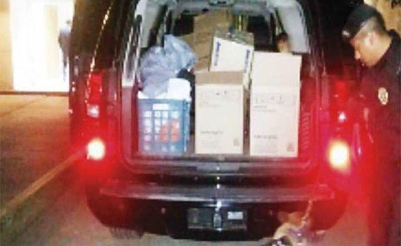 Al momento de ser detenido el hombre de 42 años llevaba cajas con archivos y documentos de la escuela. (Excelsior)