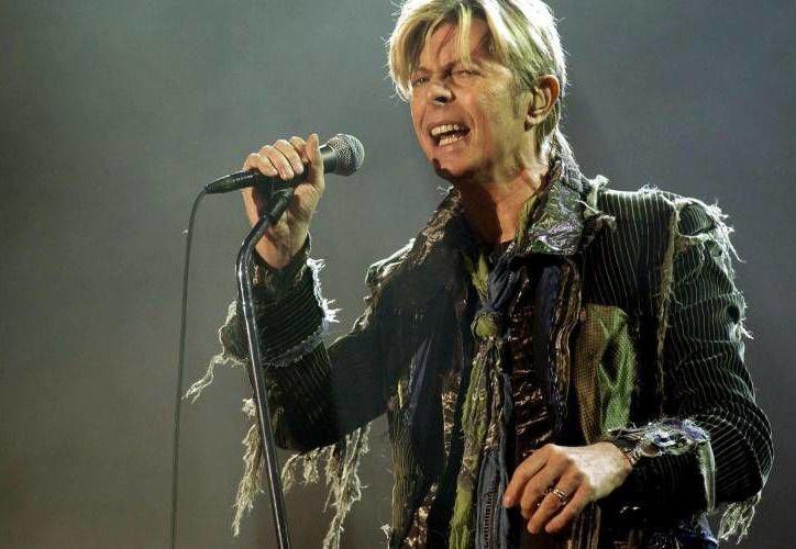 David Bowie murió la madrugada del lunes rodeado por su familia, dijo su representante, tras la noticia se han realizado diversos homenajes alrededor del mundo. (Archivo AP)