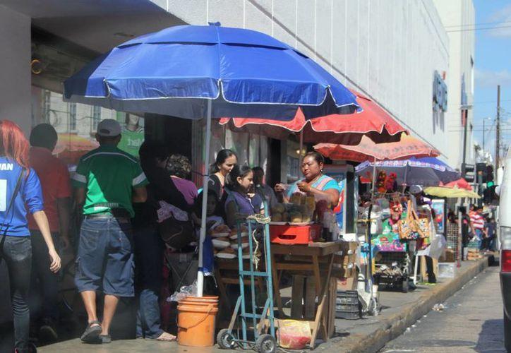 Los comerciantes establecidos denuncian que existen más de 150 tianguis que representan competencia desleal para sus negocios. (SIPSE)