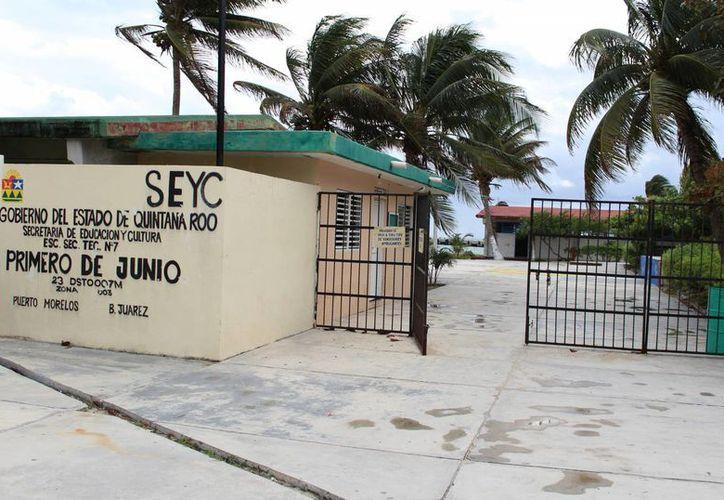 La escuela secundaria se ubica en una superficie de dos hectáreas frente al mar. (Luis Soto/SIPSE)