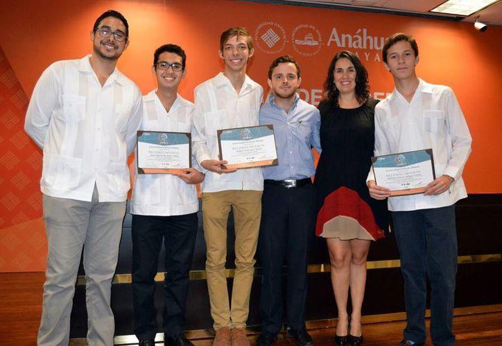 Reconocimientos y becas a estudiantes destacados de la de la Facultad de Derecho de la Universidad Anáhuac Mayab. (Milenio Novedades)