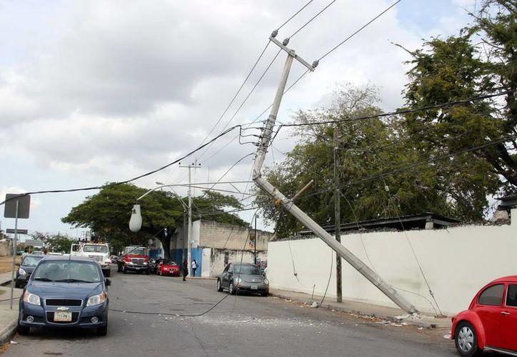 El poste de concreto, a espaldas del Hospital O'Horán, se partió a la mitad cuando los cables se trabaron con el tren. (Jorge Pallota)