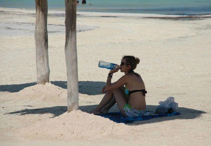 El consumo de líquidos es benéfico en la temporada de calor. (Tomás Álvarez/SIPSE)