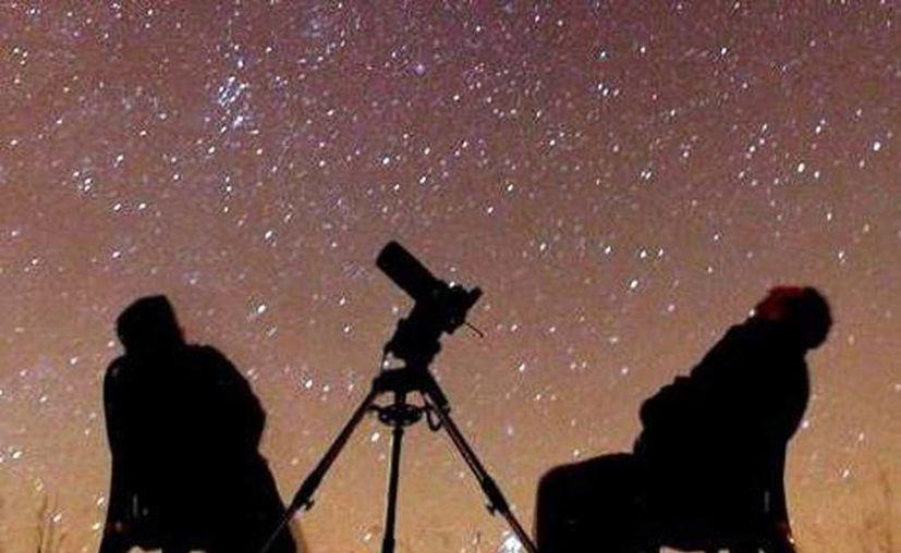 """A diario es posible admirar la """"caída"""" de unos 10 asteroides por hora, pero sólo cuando caen unos 30 por hora, ya es considerada una lluvia de estrellas. (Archivo SIPSE)"""