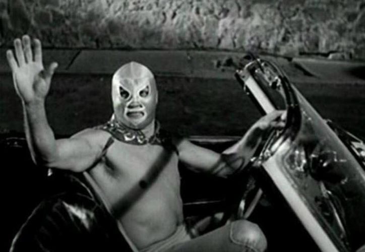 El Santo forjó su legado no sólo al vencer a otros luchadores en el cuadrilátero, sino también a mujeres vampiro, momias y zombis en las 54 películas que protagonizó. (Archivo/Agencias)