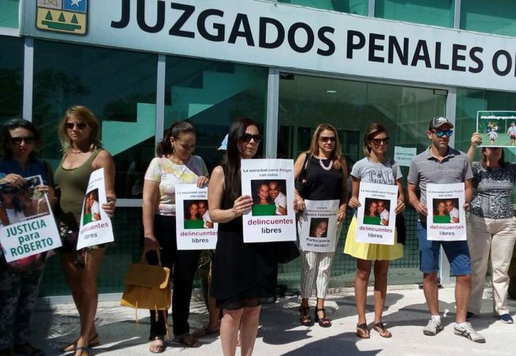 La familia de Roberto González se manifestó por tercera vez afuera de los Juzgados Orales  pidiendo una resolución al caso. (Foto: Daniel Pacheco/SIPSE)