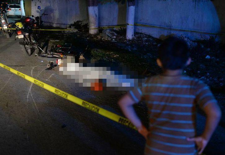 El cuerpo del infortunado motociclista quedó a la entrada de Conkal debido al impacto que sufrió por parte de otra motocicleta. (Milenio Novedades)