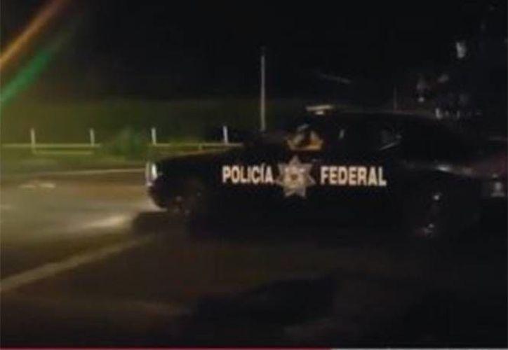 La PF confirmó que el vehículo es de su propiedad, pero en el video no se observa que sea conducido por un uniformado. (Captura de pantalla/YouTube)