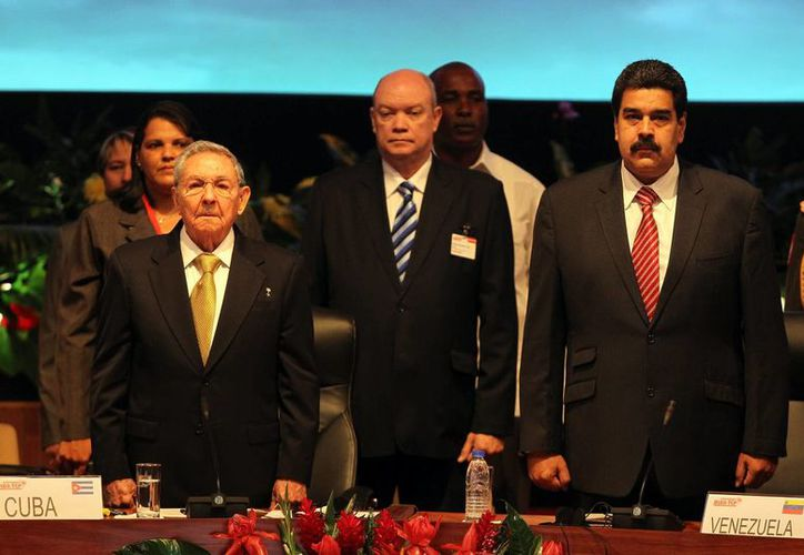 Los presidentes de Cuba y Venezuela, Raúl Castro (i) y Nicolás Maduro (d), encabezan la sesión plenaria de la XIII Cumbre de la Alianza para los Pueblos de América (ALBA), en La Habana. (EFE)