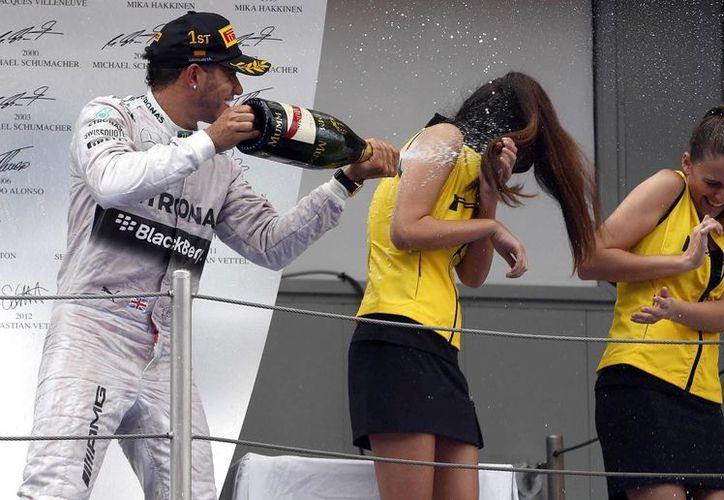 Lewis Hamilton celebra en el podio su victoria en el Gran Premio de España de Fórmula Uno que se ha disputado en el Circuito de Catalunya. (EFE)