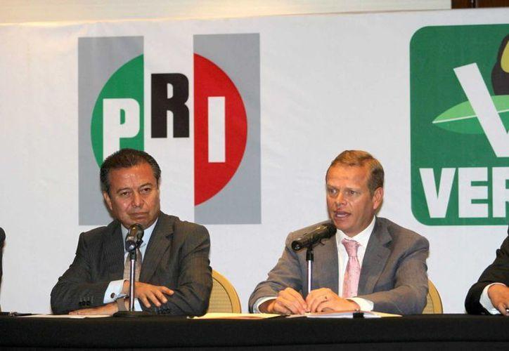 El presidente del PRI, César Camacho, en conferencia conjunta con el vocero del PVEM, anunciaron que presentarán una denuncia penal ante la PGR contra el candidato del PAN a la alcaldía de Tuxtla Gutiérrez por violaciones a la ley financiera. (Notimex)