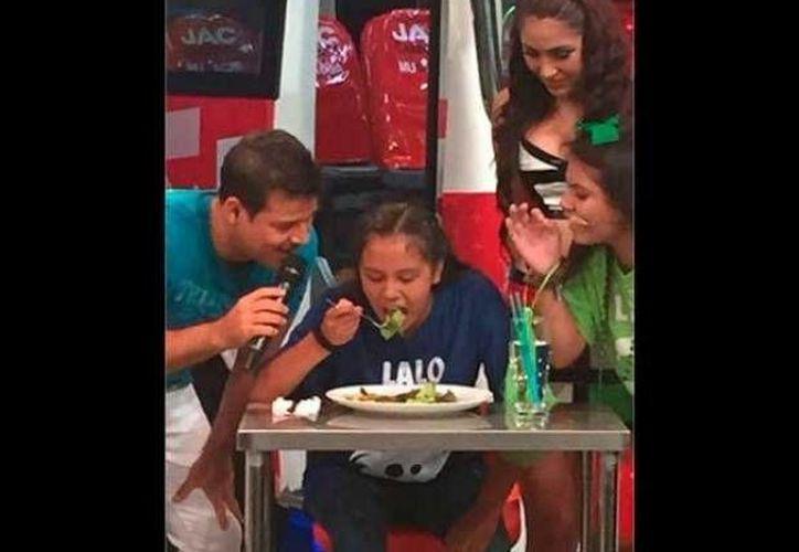 """El programa peruano """"El último pasajero"""" realizó un concurso en el cual había que comer cucarachas para ganarse un viaje a Cancún. (diariocorreo.pe/)"""