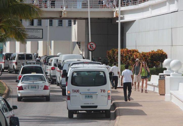 """El nuevo """"sitio"""" de taxis provocó congestionamiento vial en la avenida Rafael E. Melgar. (Gustavo Villegas/SIPSE)"""