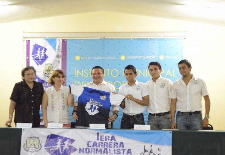 Imagen de la rueda de prensa donde se realizó a presentación de la playera para la Carrera Normalista. (Milenio Novedades)