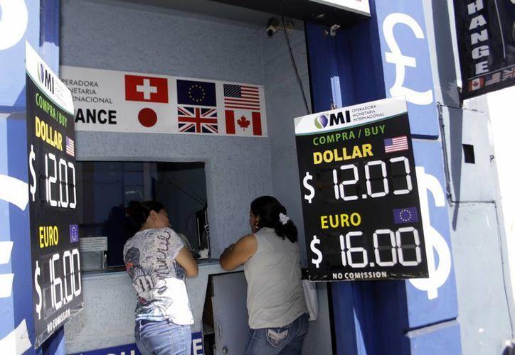 Las instituciones llevan registro de las personas que cambian dinero. (SIPSE)