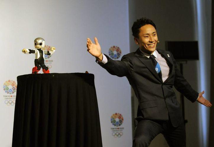 El esgrimista japonés Yuki Ota (d), junto al robot humanoide Mirata, en la presentación de la candidatura de Tokio a ser sede de las Olimpiadas de 2020. (EFE)