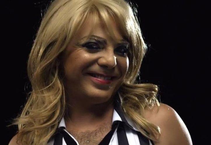 """Por un par de segundos, Cristian Castro aparece en el video """"Quiéreme"""" vestido de porrista. (Foto: Youtube)"""
