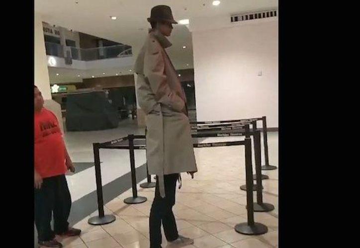 Los jóvenes amigos no lograron entrar al cine disfrazados. (Foto: Captura)