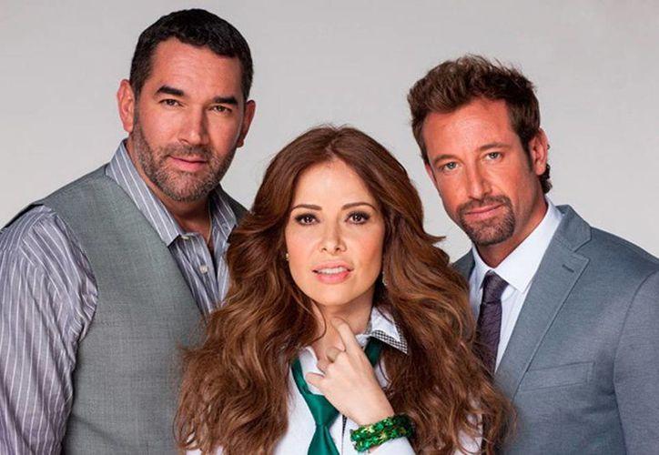 Gloria Trevi posando con los coprotagonistas de la telenovela, Eduardo Santamarina y Gabriel Soto. (Internet)